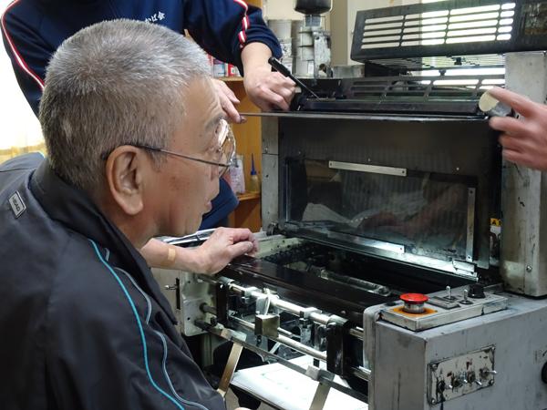 印刷機を操作する利用者