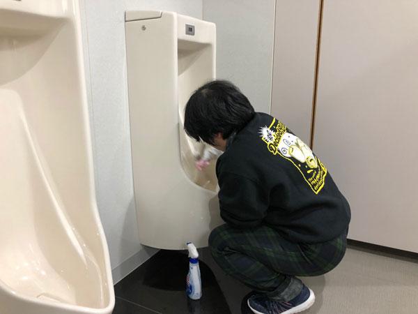 トイレ清掃をする利用者さん